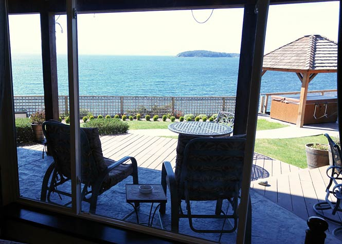 The Sunset B&B Suite: covered patio with deck chairs