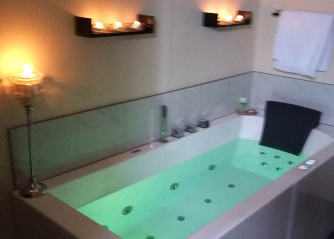 The Sunset B&B Suite: Deluxe spa-like ensuite